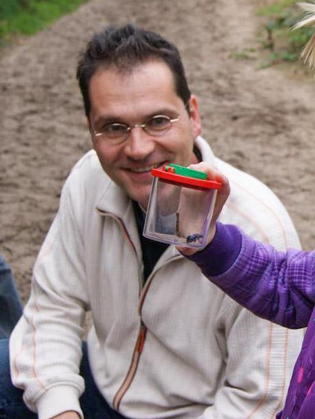 Noch weiter im Wald bekam dann jede Familie ein Becherglas ausgehändigt mit dem Auftrag kleine Tiere und Insekten zu suchen.